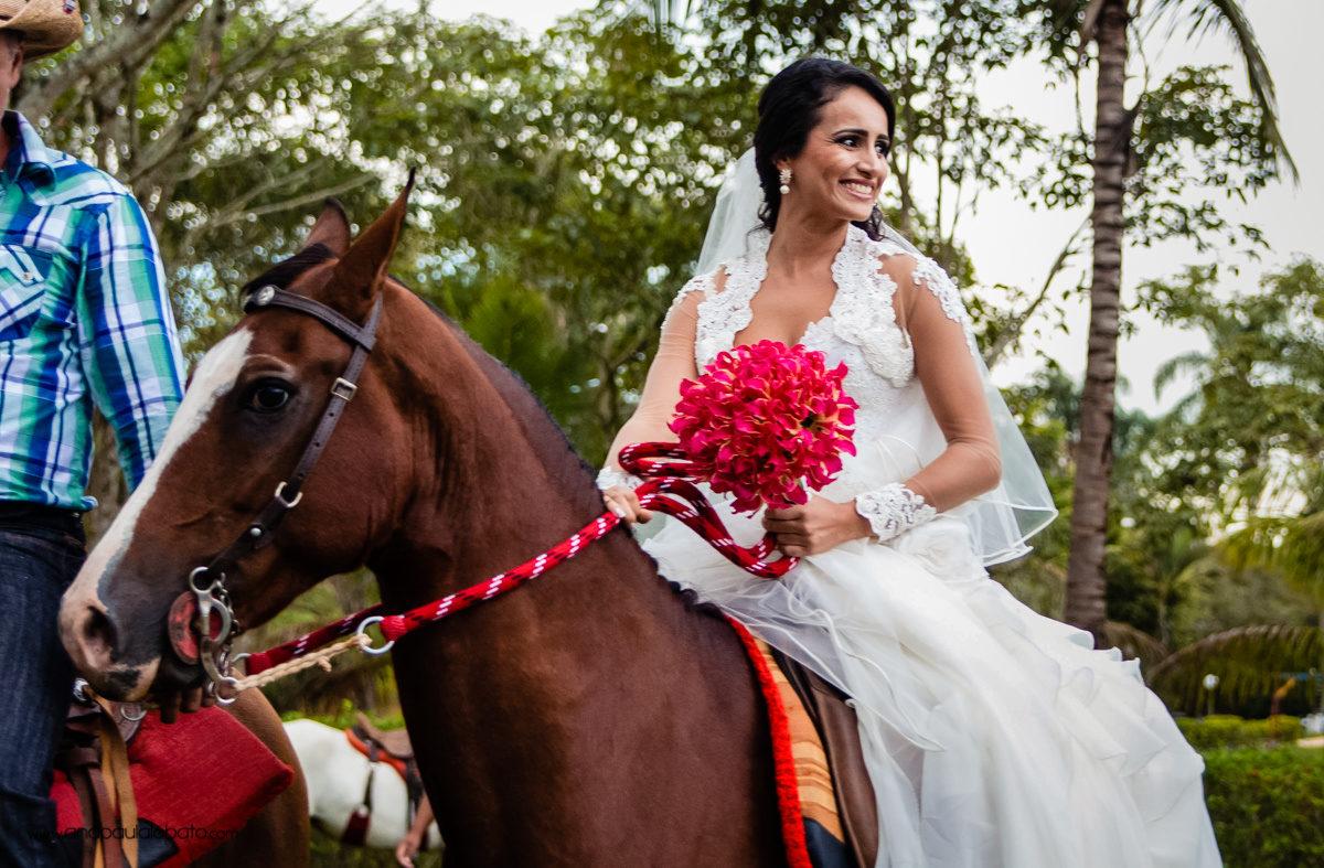 noiva entra em casamento a cavalo