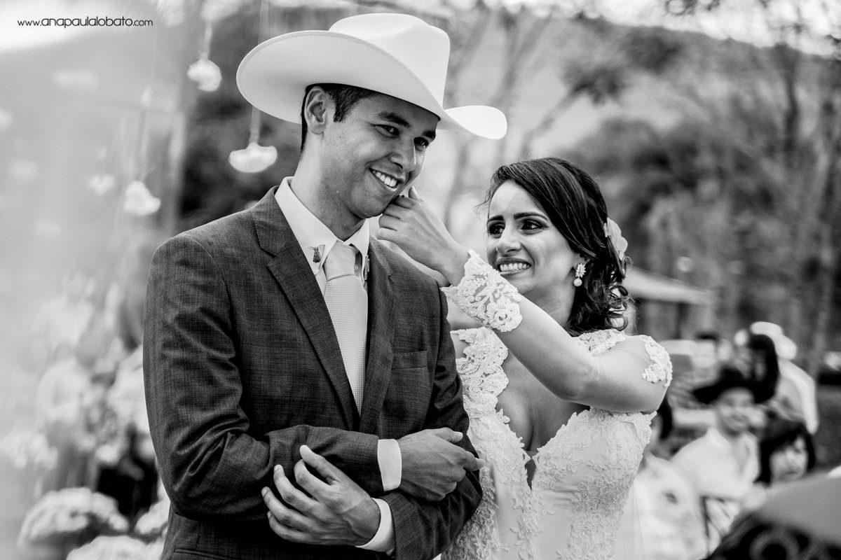 noivos emocionados em casamento de dia