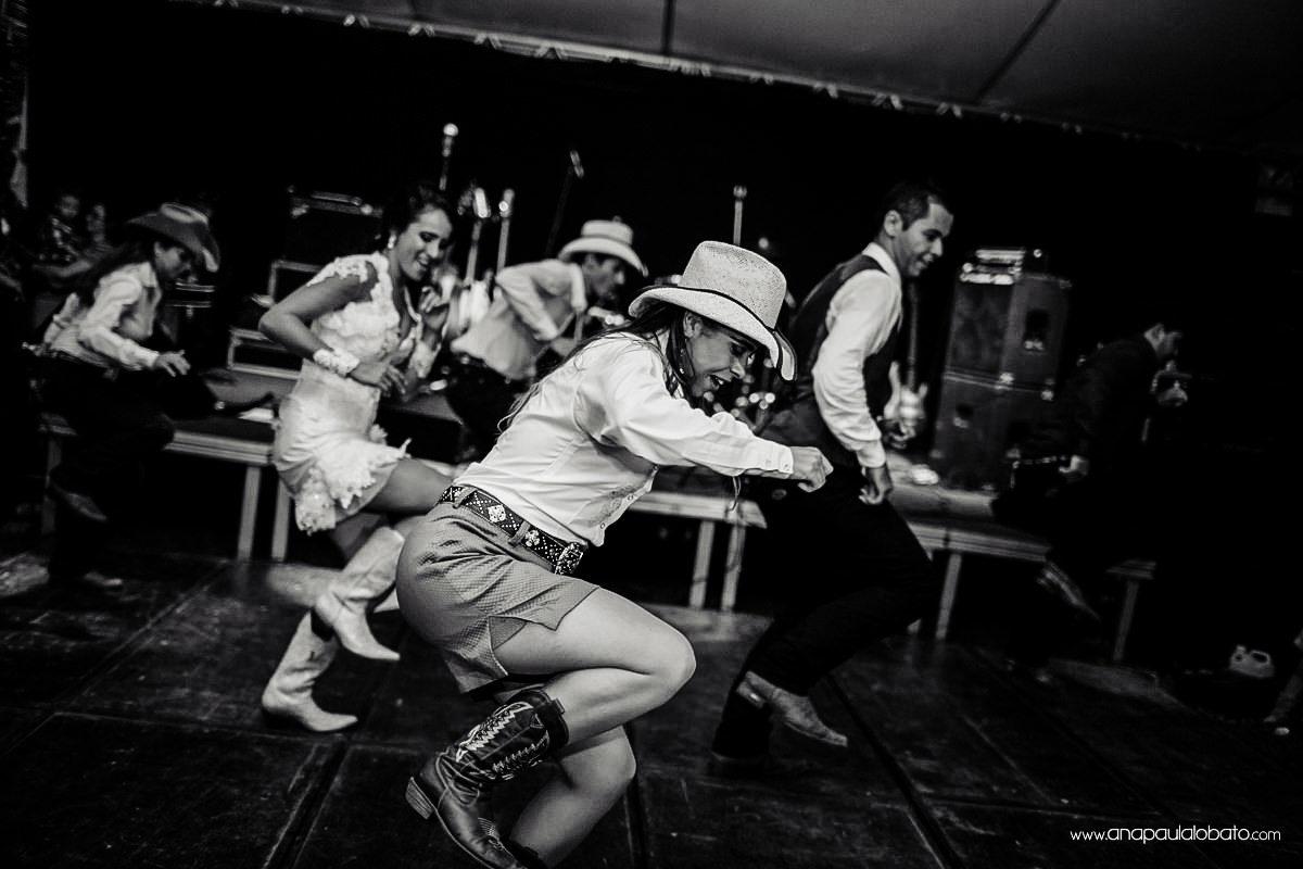 mulheres dançando country em casamento