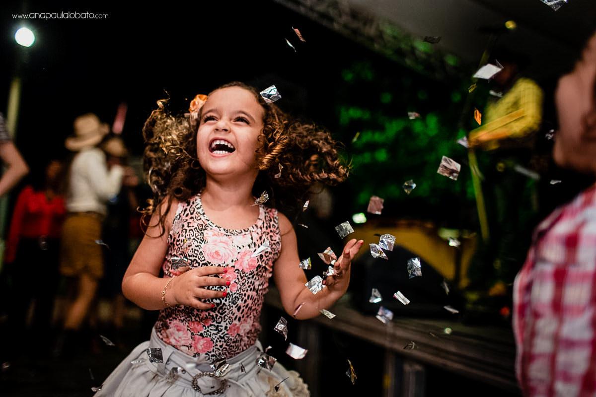 criança feliz em casamento