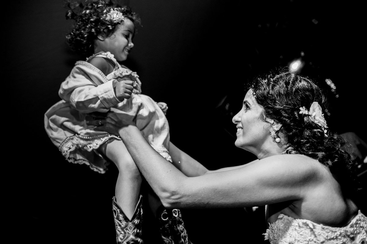 noiva e criança feliz