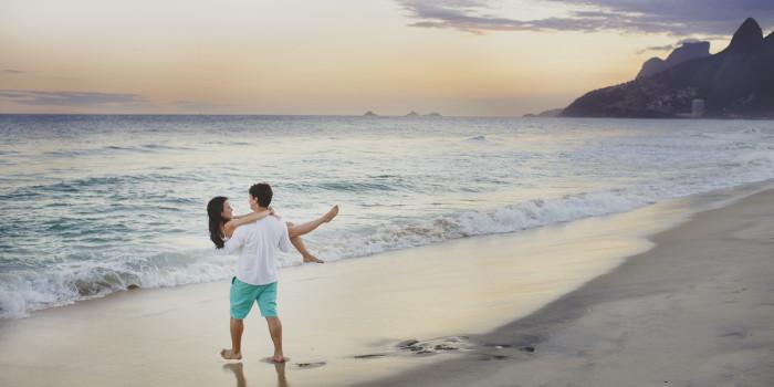 Couple beach pictures | Rio de Janeiro, Brazil