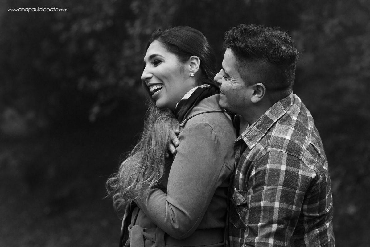 noivos são fotografados para ensaio de casamento no frio