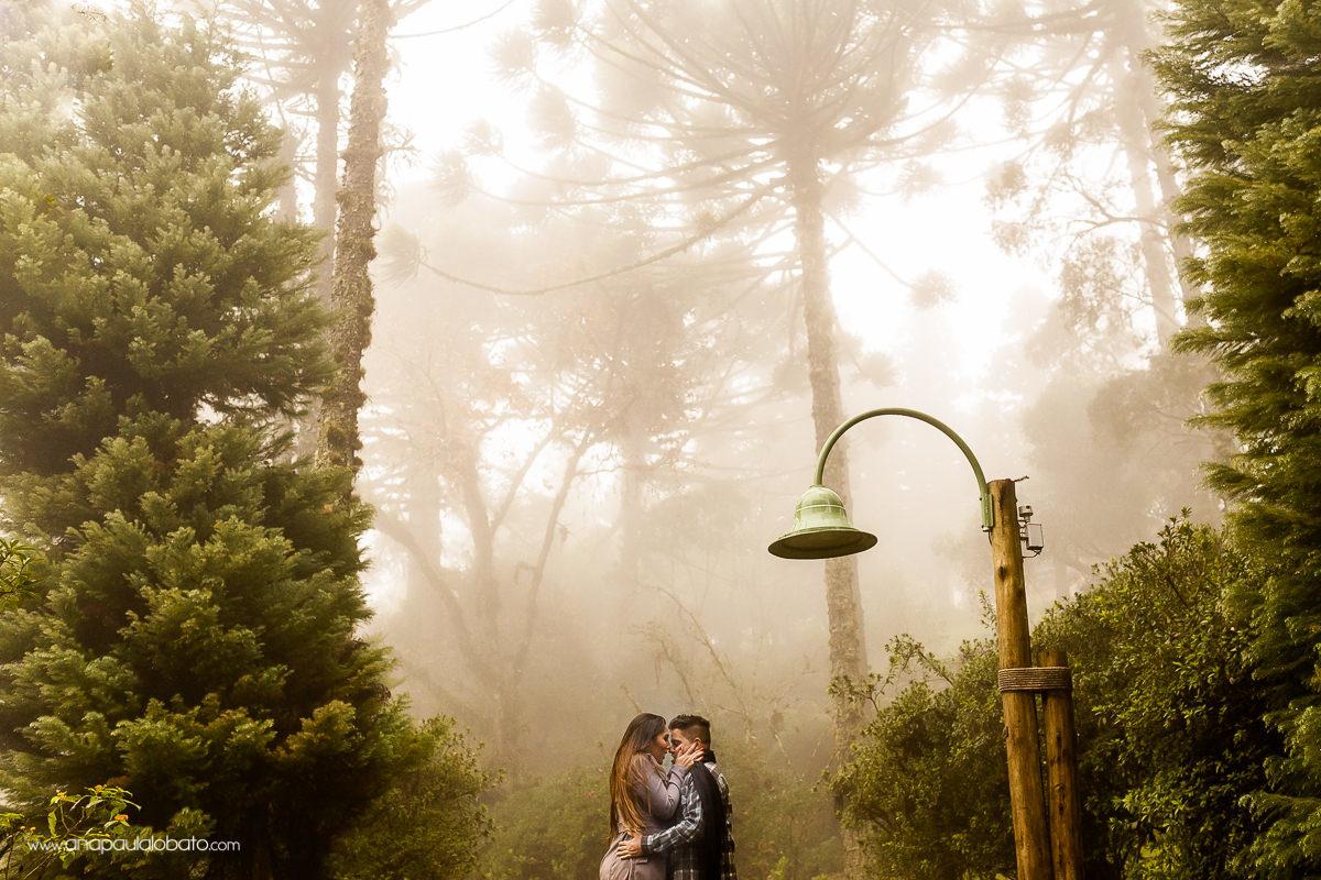 Inspiração para ensaio pre wedding no frio e com neblina