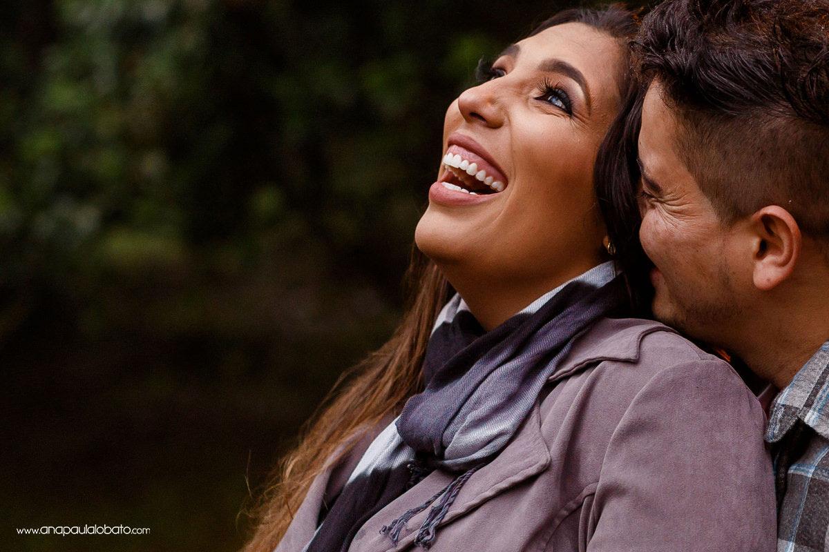 pre wedding em gramado mostra momentos de carinho entre noivos