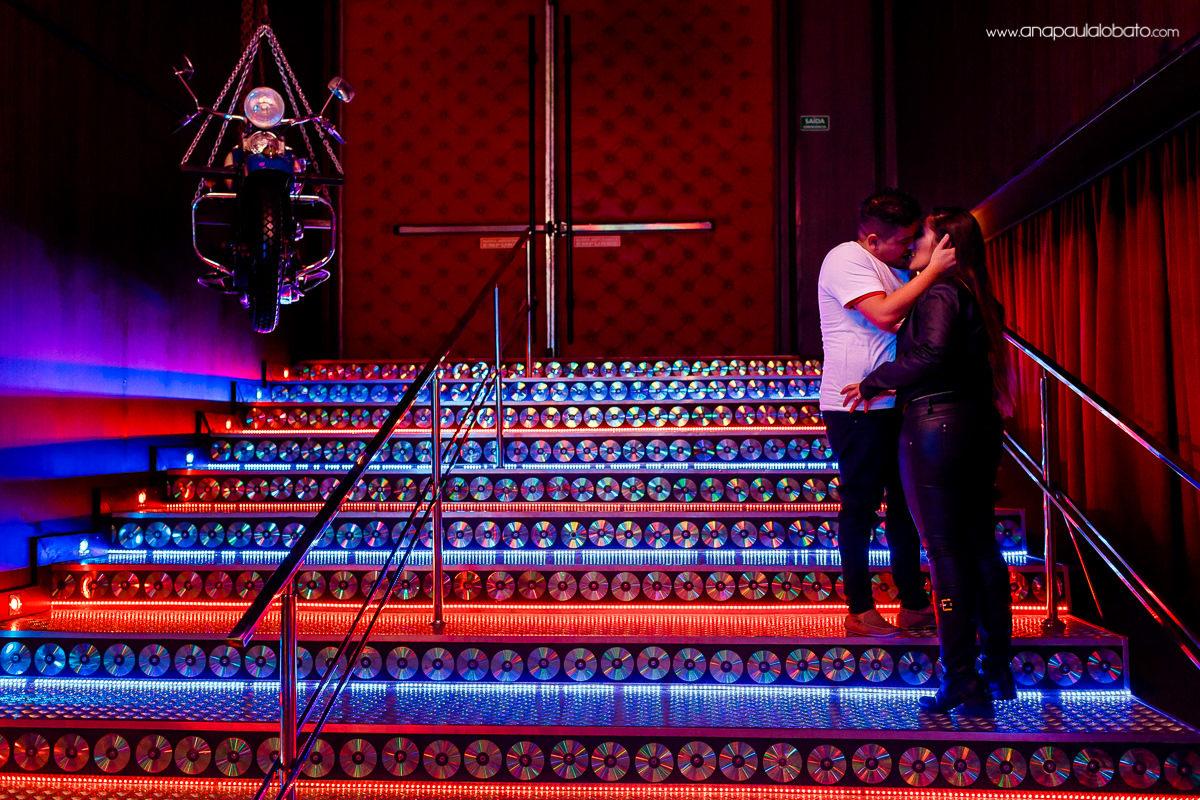 Fotos coloridas de pre wedding no Museu da Harley Davidson em Gramado
