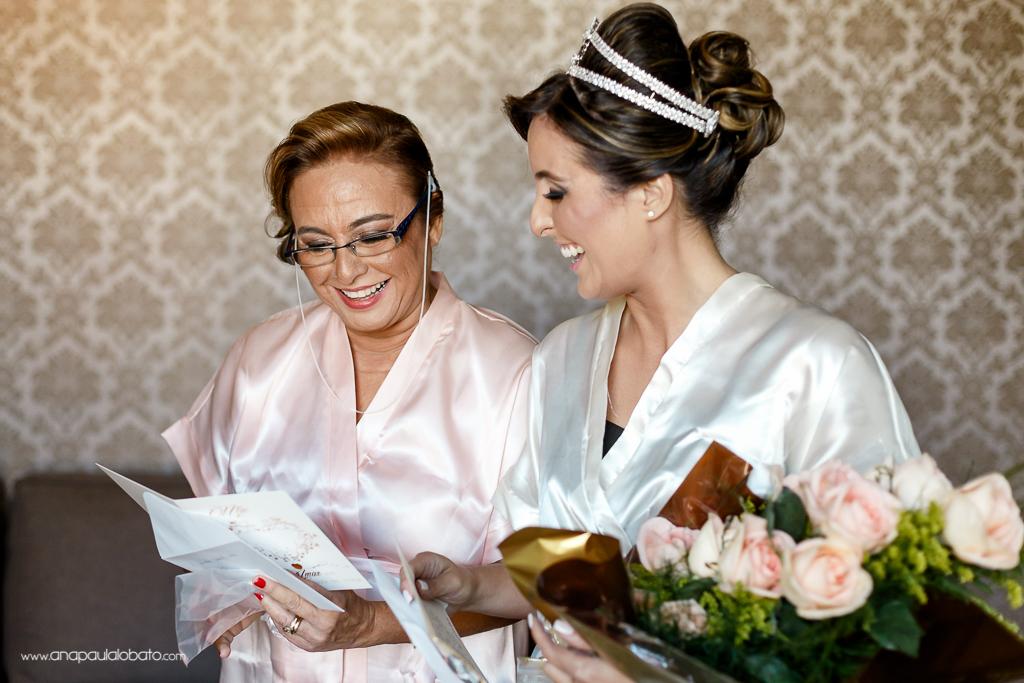 Noiva se alegra ao ler cartão com a mãe
