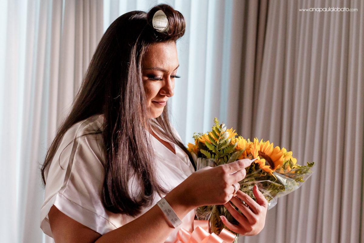 noiva recebendo um buquet de girassóis