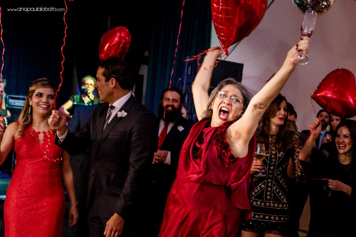 convidados se divertindo com balão de coração