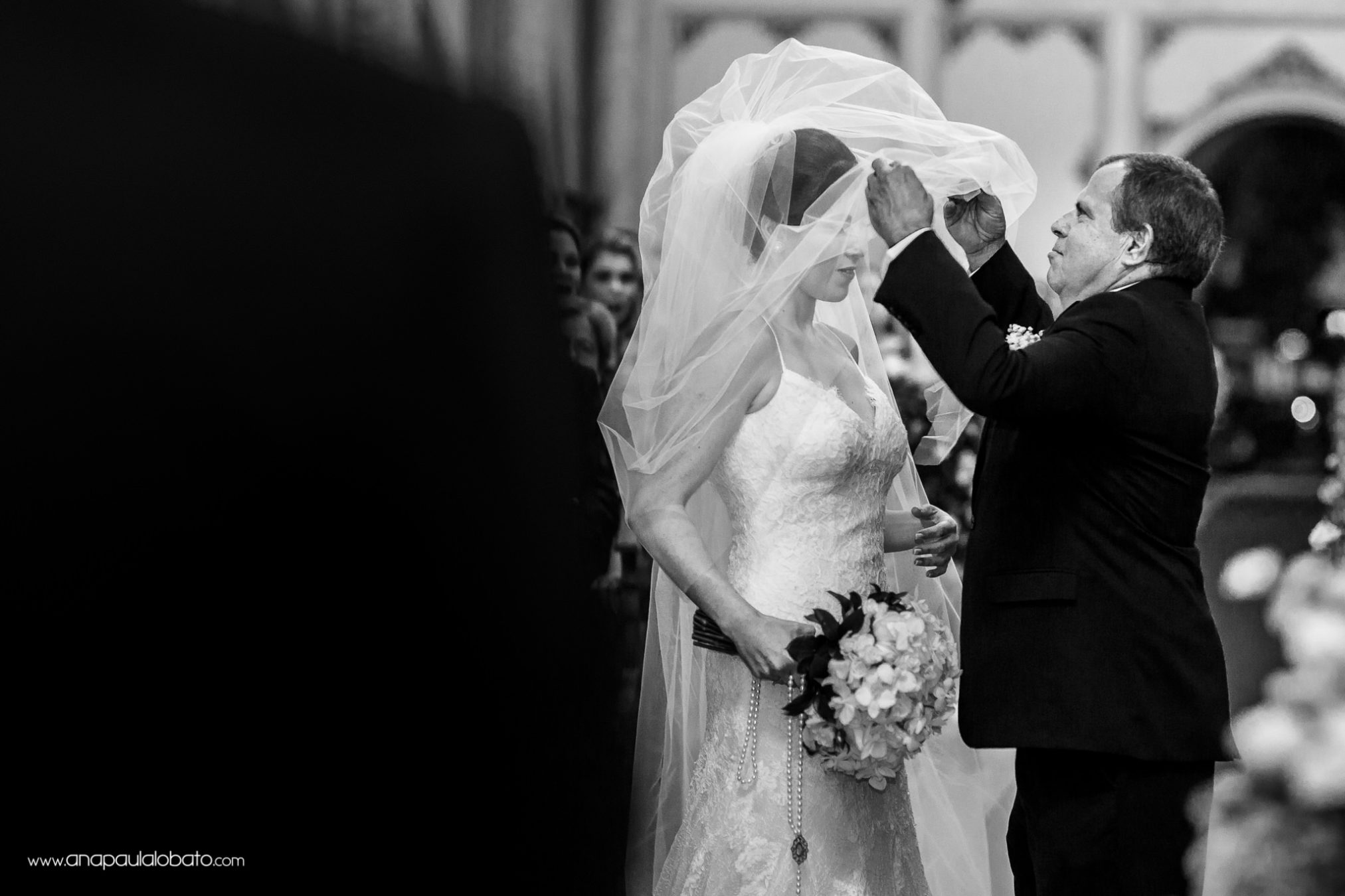 Father takes out the veil of the bride
