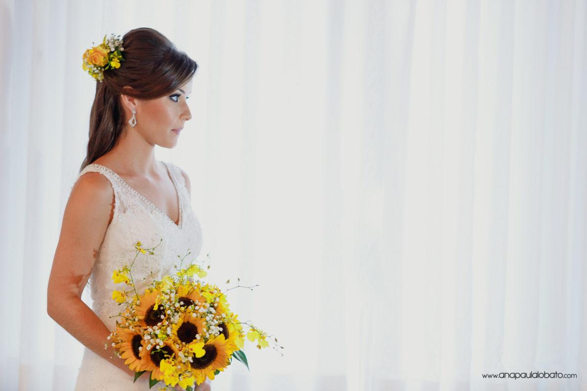 Noiva emocionada com seu buquê de girassóis