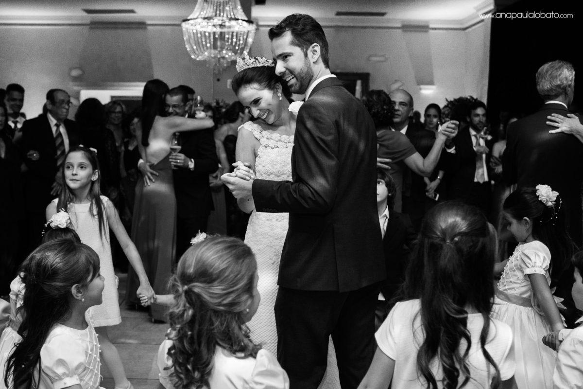 crianças e noivos