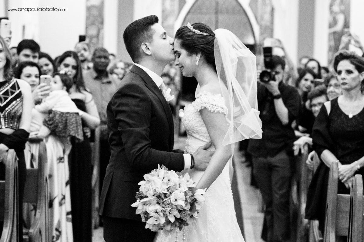 beijo noivos igreja
