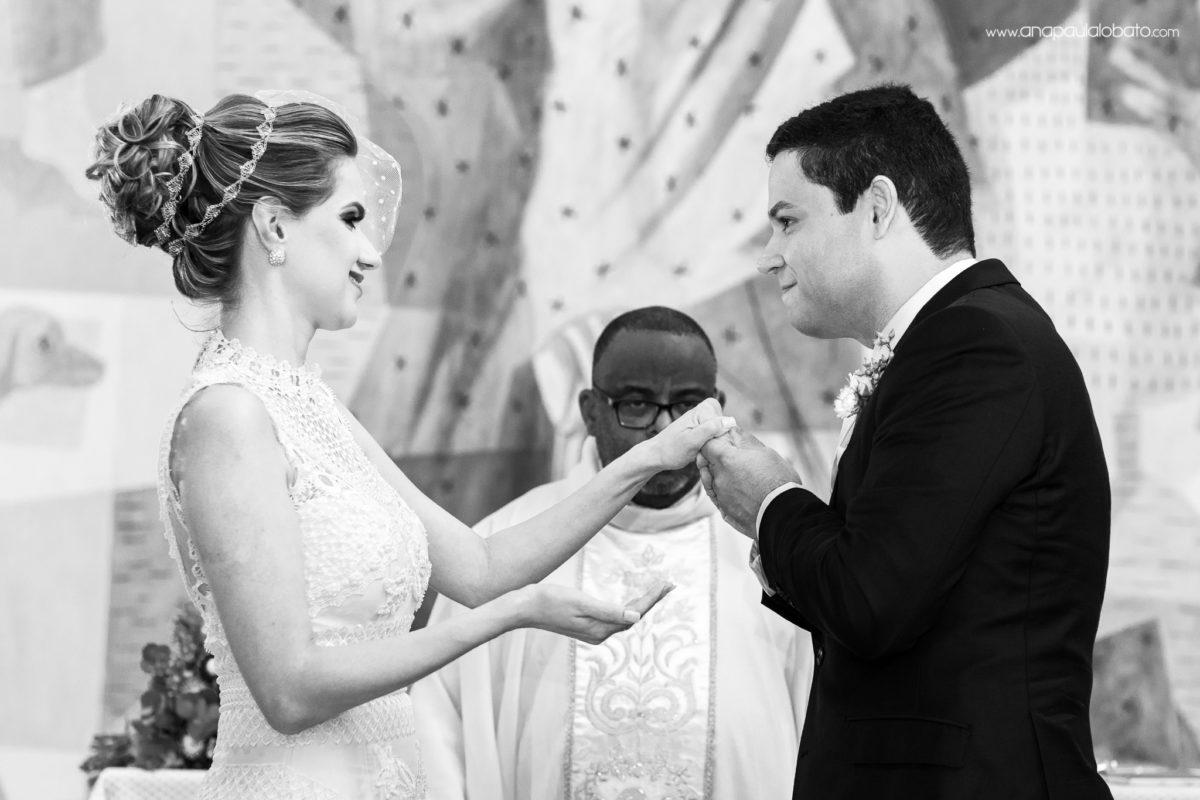 troca aliança noivos