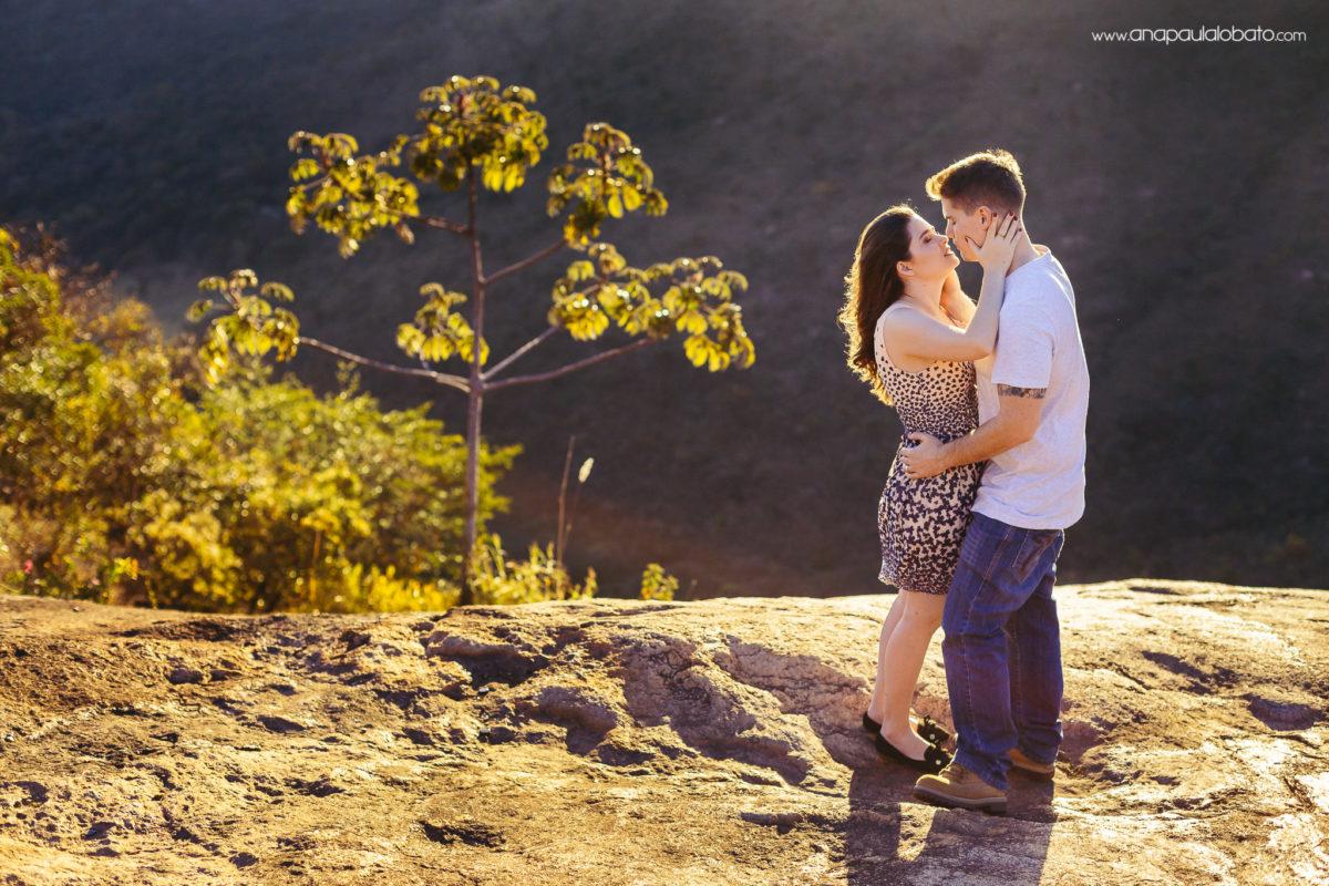 contra luz casal beijo