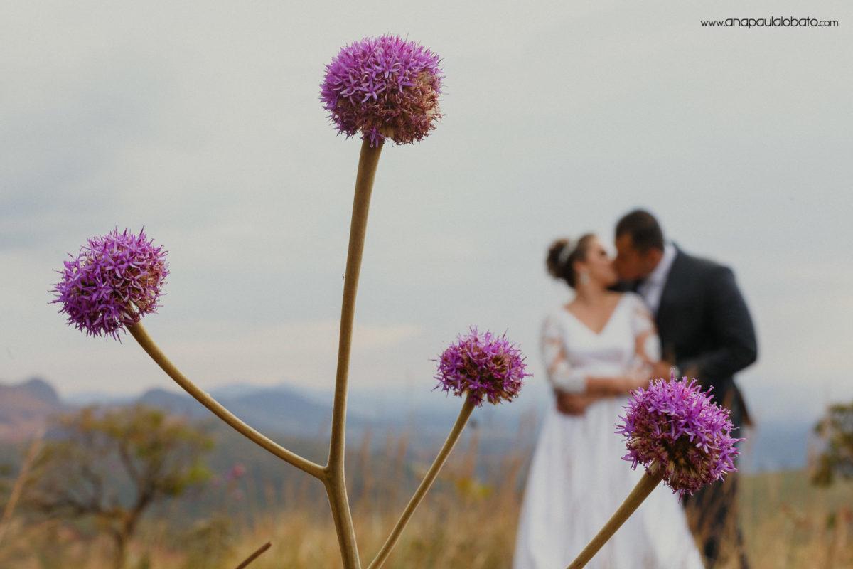 flores roxas e casal noivos