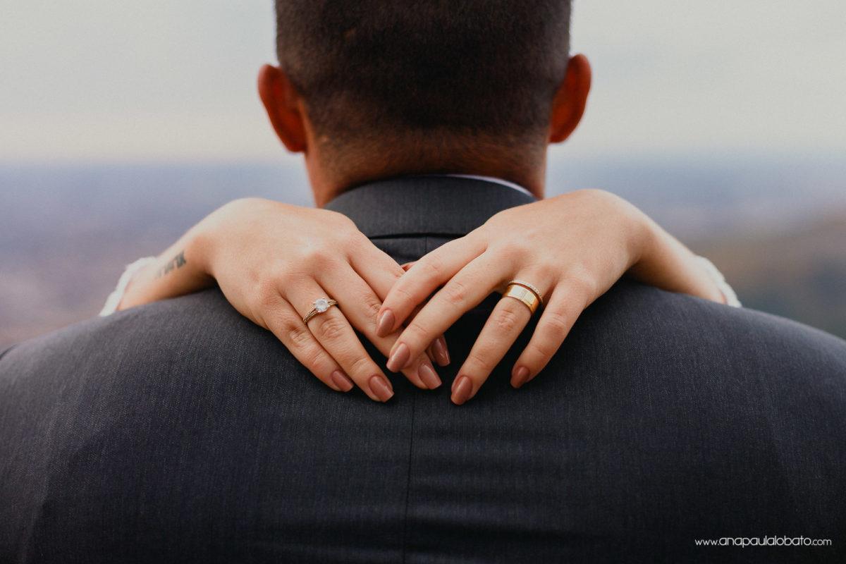 aliança de casamento e abraço