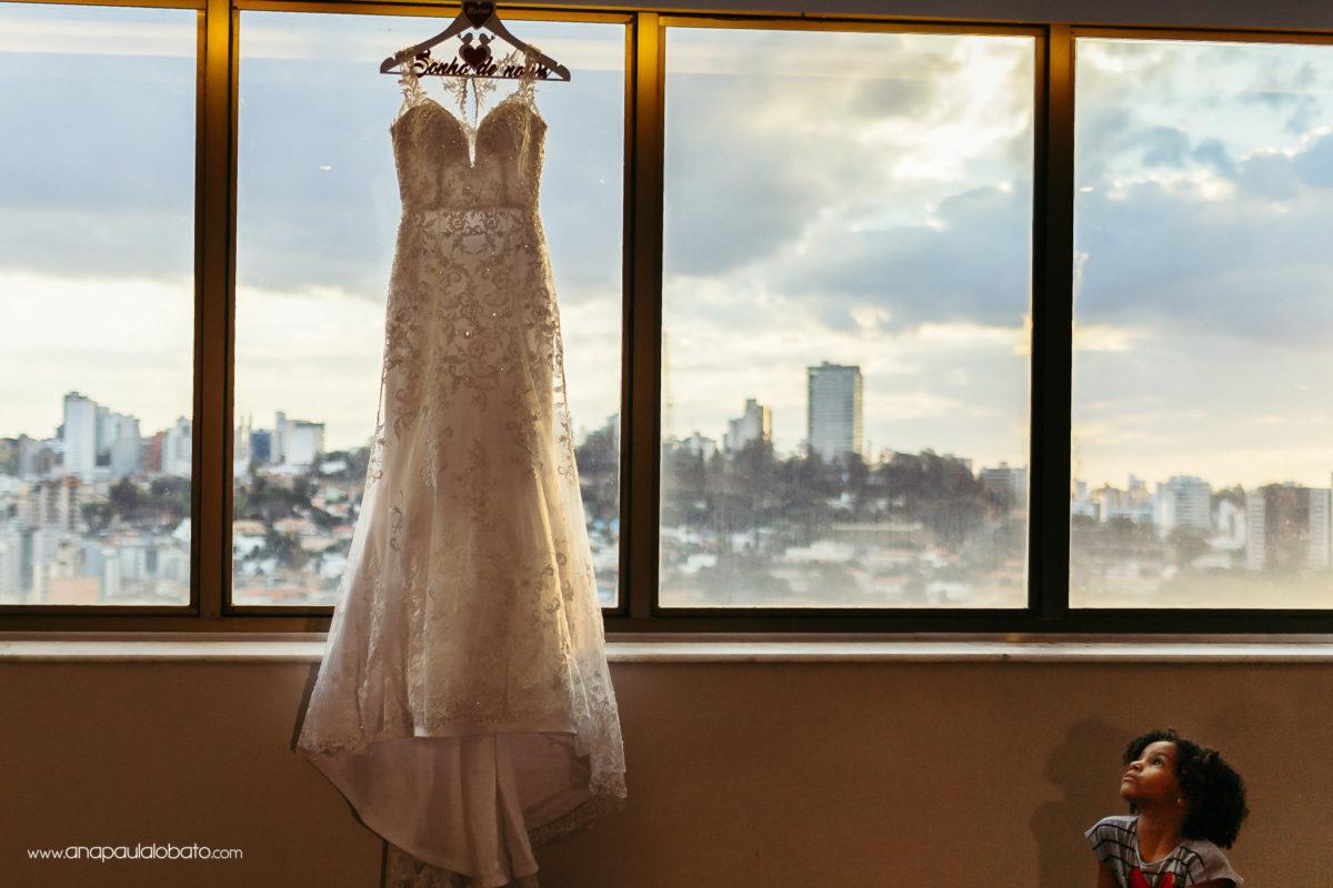 vestido de noiva e criança