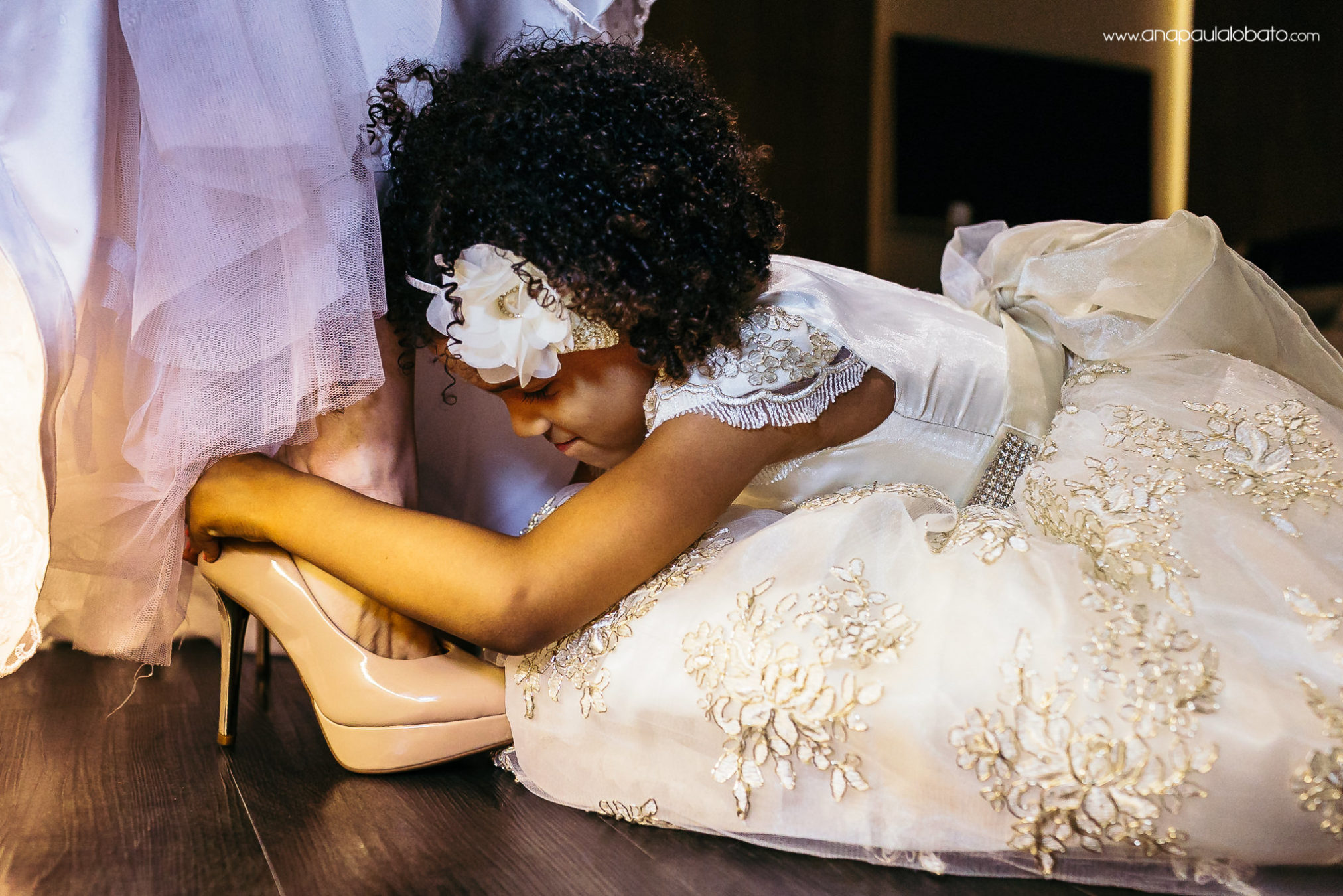Daughter of the bride try to help her with the shoes