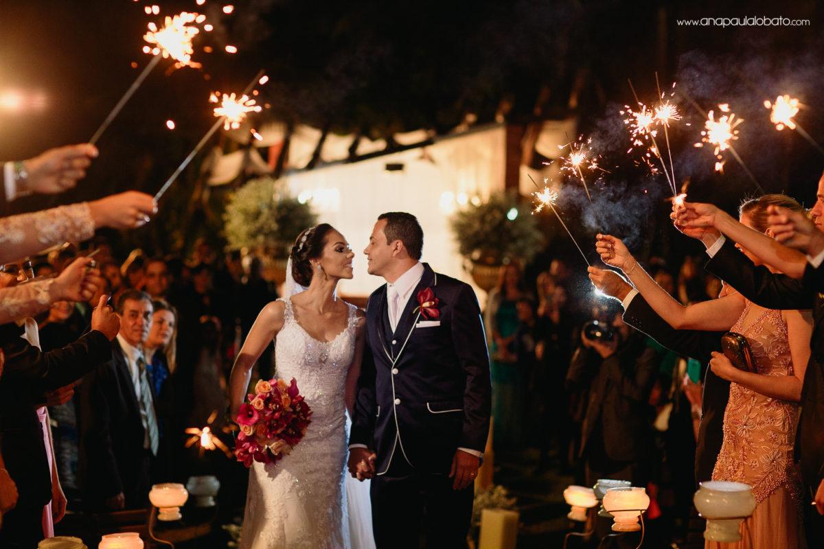saída noivos com sparkles