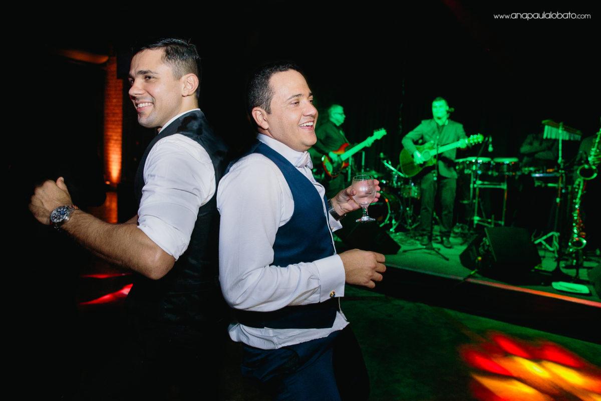 noivo dançando com amigo