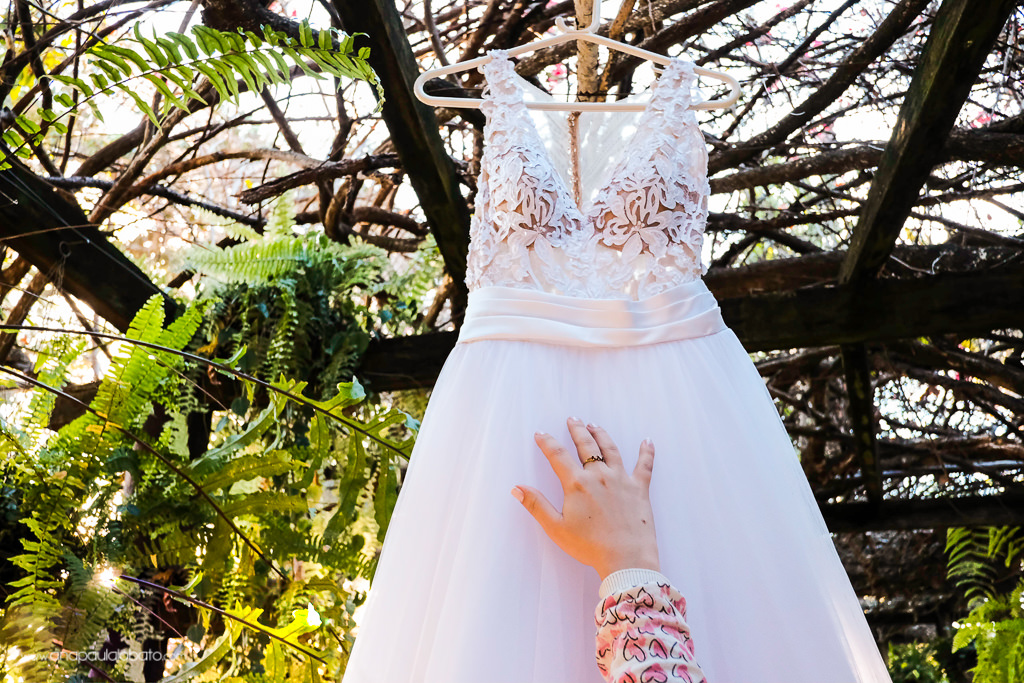 mão no vestido da noiva