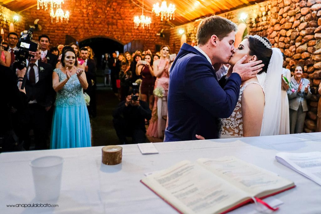 beijo no altar do casamento