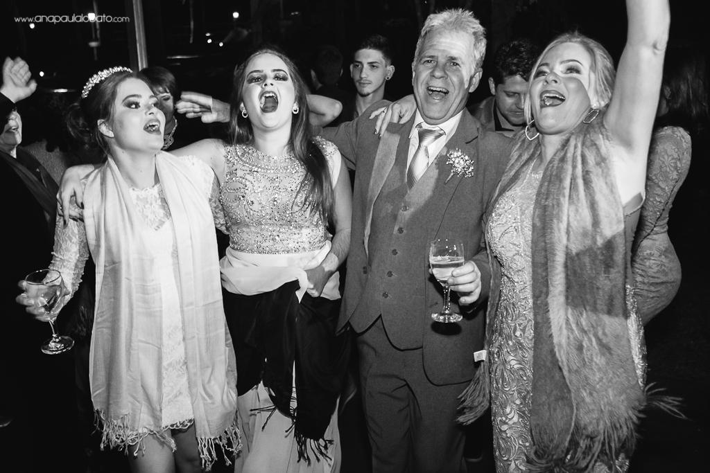 família da noiva curtindo o casamento