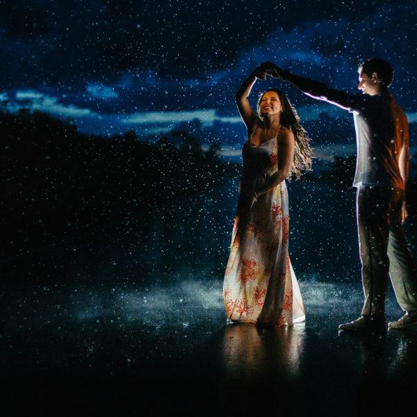 dança noivos na chuva