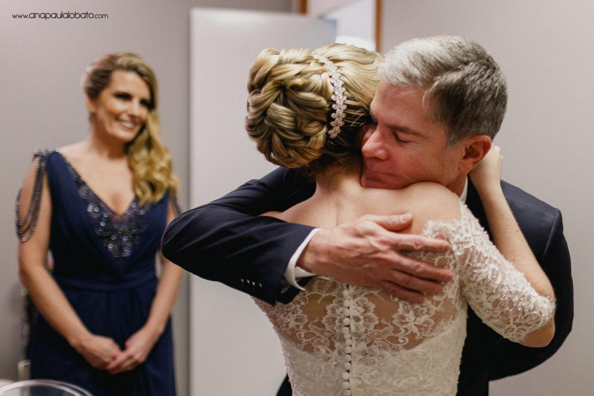 der Vater der Braut umarmt sie