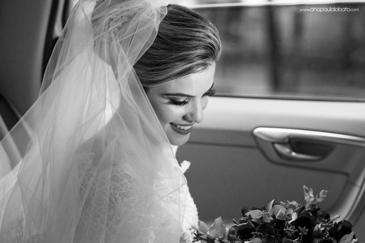Braut wartet im Auto