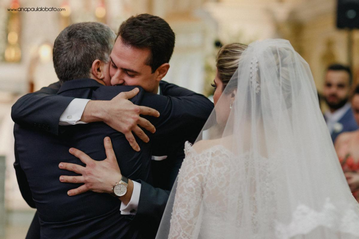 Bräutigam umarmt Vater der Braut