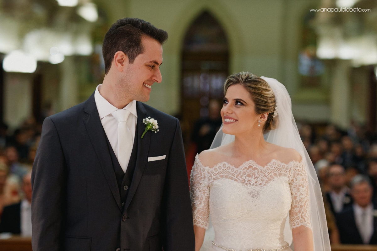 Braut und Bräutigam, die einander betrachten