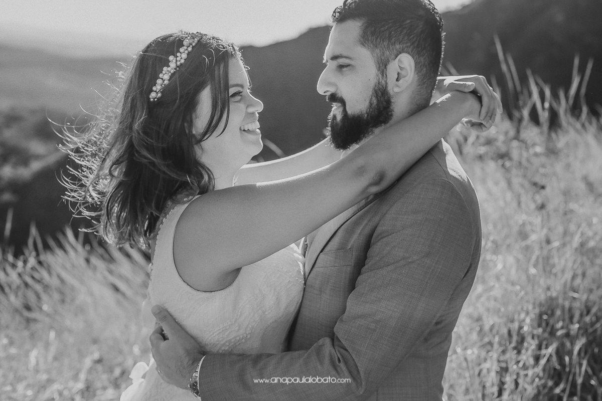 noivos se abraçam em foto de pos wedding