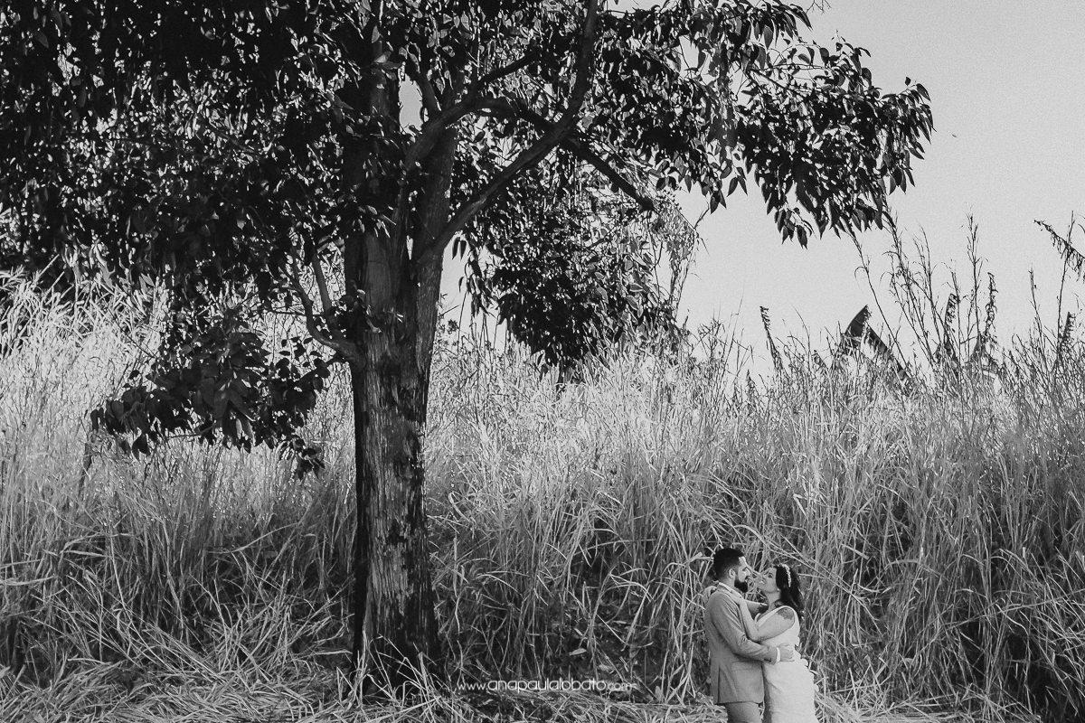 foto de noivos no mato