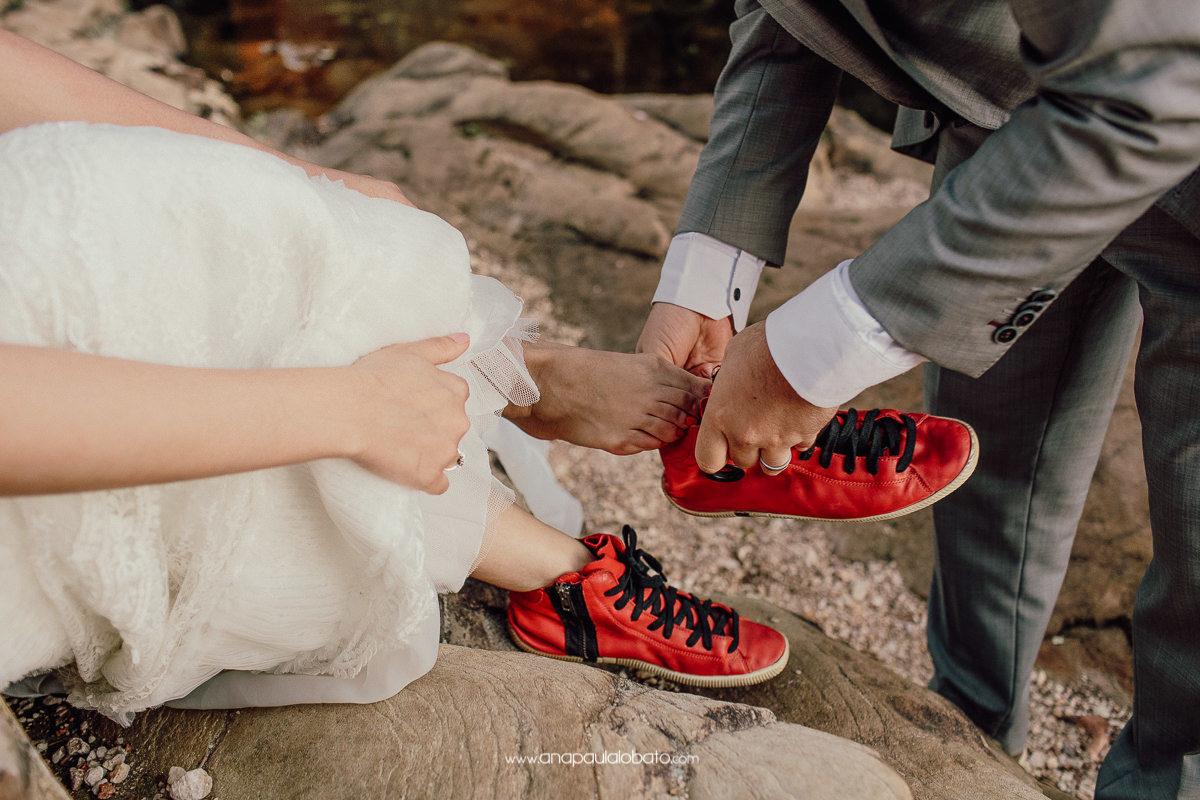 noiva coloca seu sapato vermelho