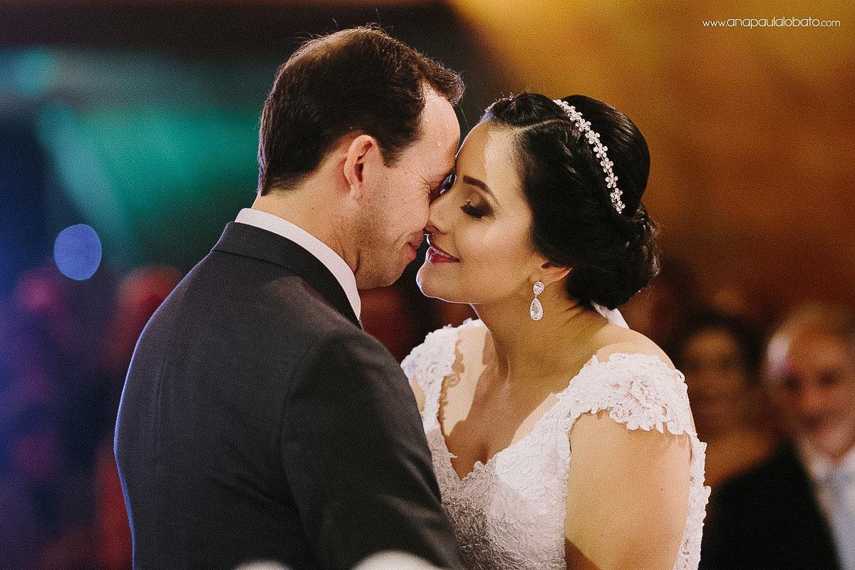beijo dos noivos em casamento na Igrejinha da Pampulha