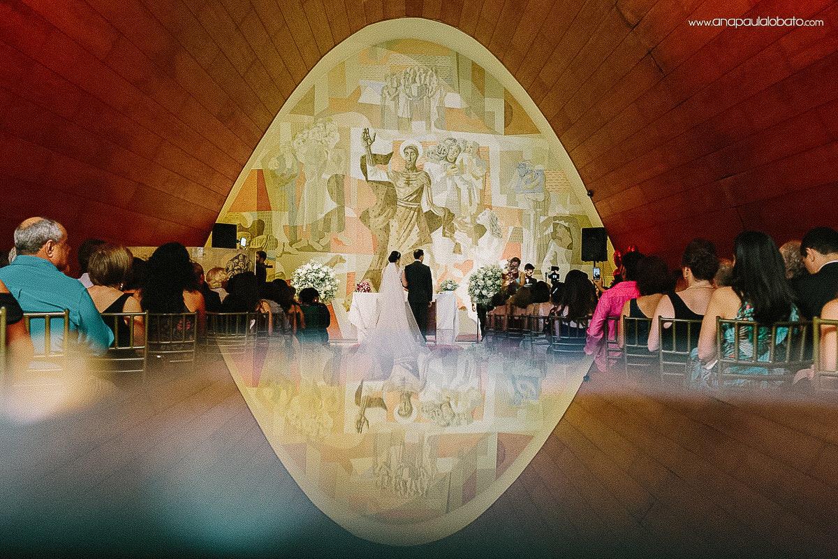 noivos no altar em casamento na Igrejinha da Pampulha