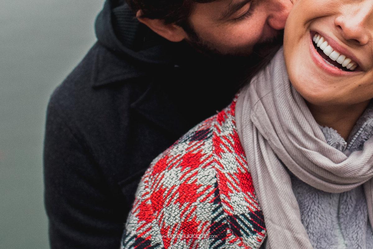 lächelndes Paar im Porträtschießen