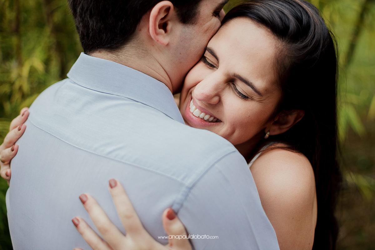 abraço carinhoso em Pré wedding criativo