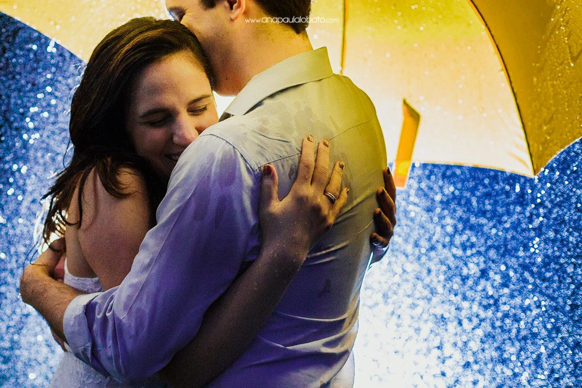 Pré wedding criativo com guarda chuva amarelo