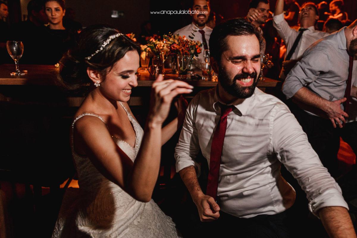noivos se divertindo em casamento em BH