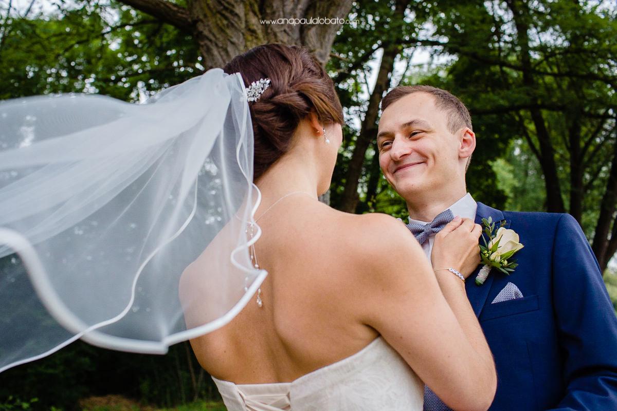 noiva ajeita a gravata do noivo para o casamento