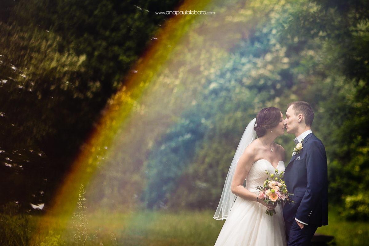 foto de casamento com arco iris
