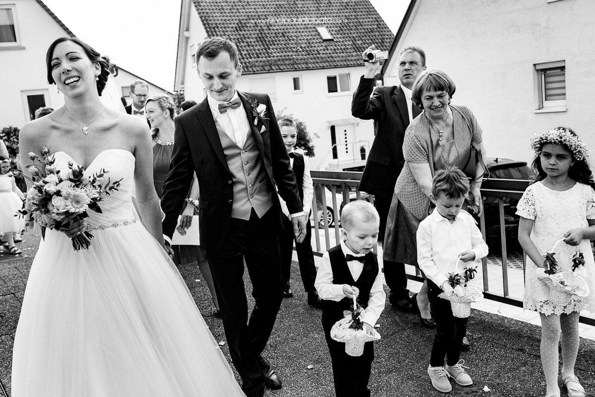 crianças engraçadas em casamento europeu