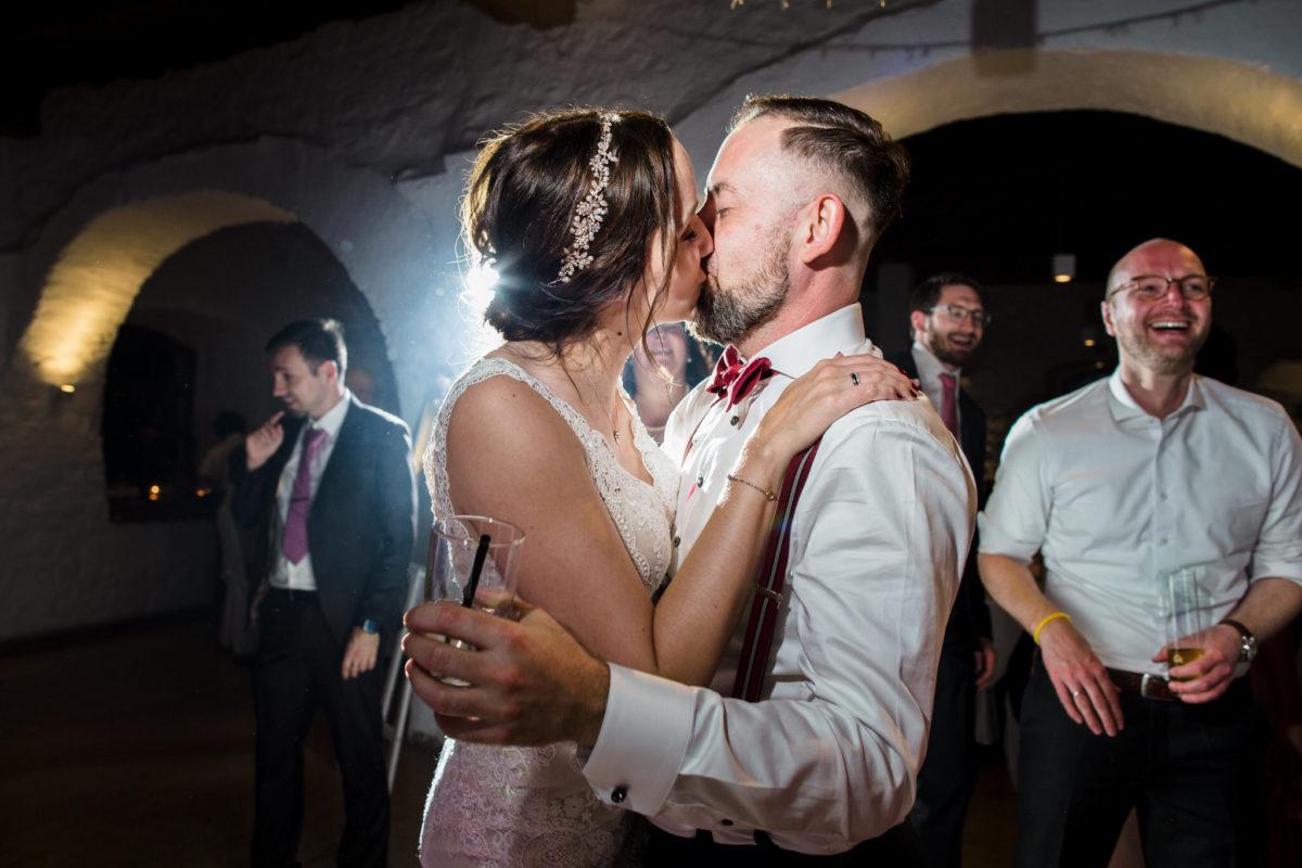 wedding couple kiss in Schloss Ehrenfels